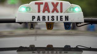 Un taxi parisien en avril 2014. (LIONEL BONAVENTURE / AFP)