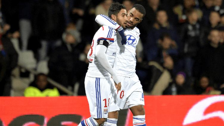 Lacazette et Fékir, les deux hommes forts de Lyon cette saison, se congratulent.