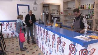 Les cafés font le charme des villages français et maintiennent le lien social. Une association a lancé en 2019 l'opération 1000Cafés, afin de rouvrir ou maintenir ces lieux de proximité dans les territoires ruraux. (FRANCE 3)