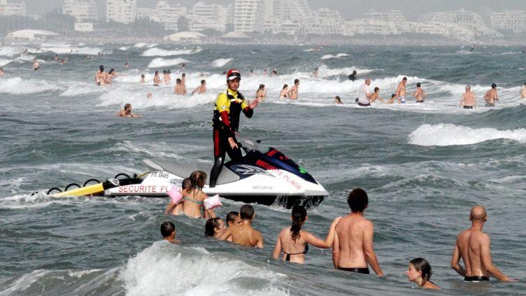 Un sauveteur de la SNSM, le 28 juillet 2013, sur la plage de Carnon (Hérault). (MAXPPP)