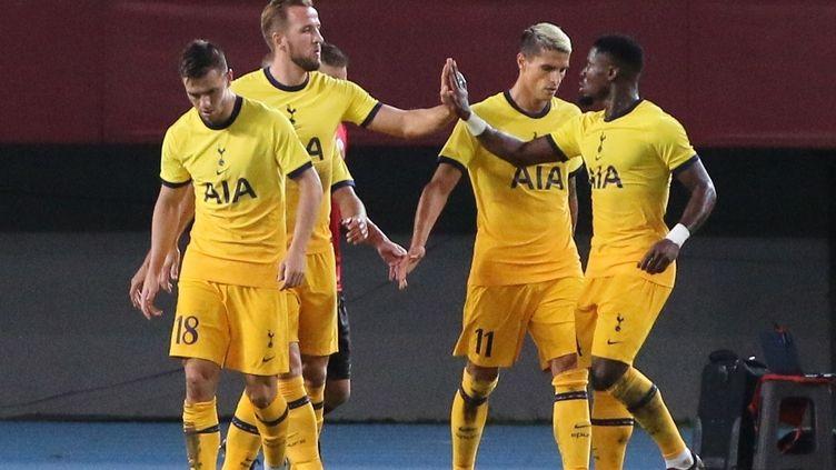 Kane et Erik Lamela de Tottenham fêtent le but lors du match du 3e tour de qualification de la Ligue Europa entre Shkendija et Tottenham au stade Todor Proeski de Skopje, en Macédoine du Nord, le 24 septembre.  (FURKAN ABDULA / ANADOLU AGENCY)