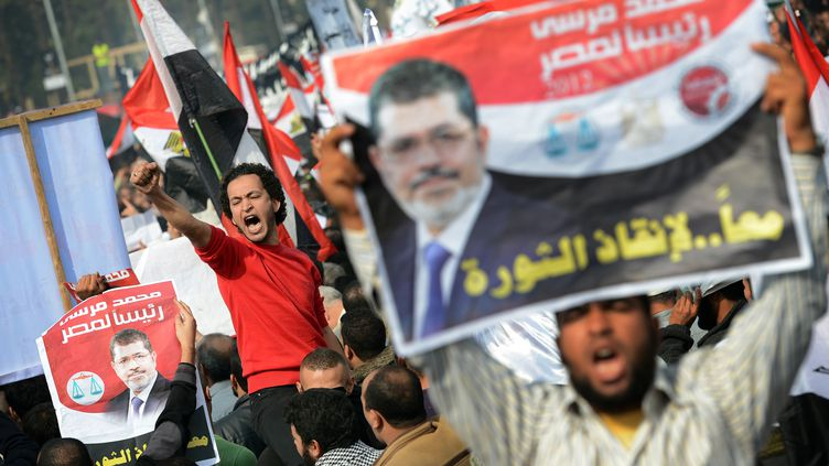 Des milliers d'islamistes ont manifesté au Caire et dans d'autres villes d'Egypte en soutien au présidentMohamed Morsi, le 1er décembre 2012. (KHALED DESOUKI / AFP)