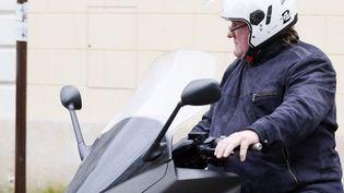 Gérard Depardieu quitte en 2 roues son domicile parisien, le 4 janvier 2013  (KENZO TRIBOUILLARD / AFP)