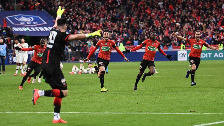 Les joueurs du Stade Rennais, vainqueurs de la finale de la Coupe de France face au PSG, le 27 avril 2019. (ANNE-CHRISTINE POUJOULAT / AFP)