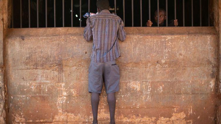 Des détenus à la prison centrale de Freetown, le 7 mai 2021. (ANNE-SOPHIE FAIVRE LE CADRE / AFP)