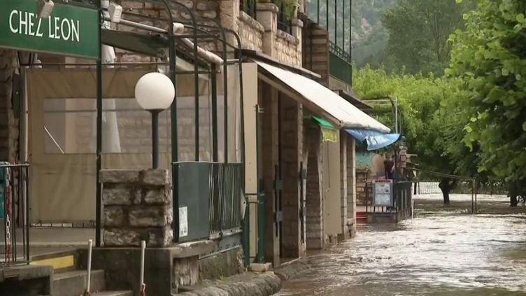 Des pluies diluviennes se sont abattues en Corse, mais aussi dans le Gard, en Lozère et dans les Cévennes. Cela a provoqué plusieurs crues et des inondations. (FRANCE 2)