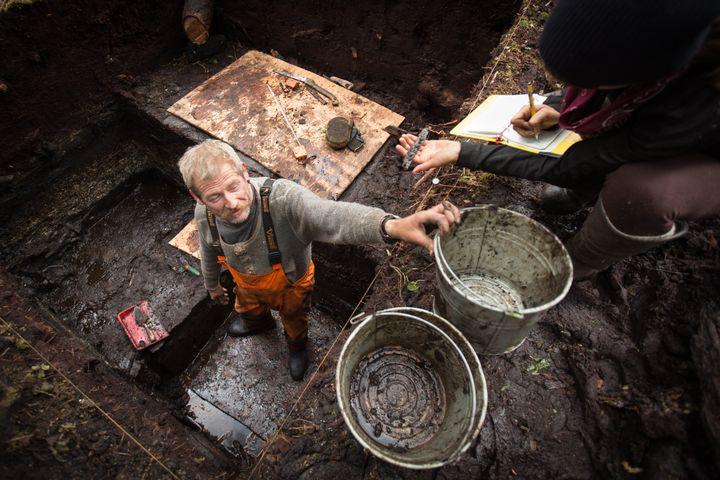 Les fouilles réalisées sur l'îleTriquet en mars 2017. (Grant Callegari / Hakai Institute)