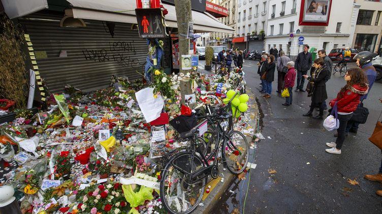 Des fleurs déposées en hommage aux victimes de l'attaque menée à La belle équipe, à Paris, le 17 novembre 2015. (MAXPPP)