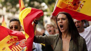Des manifestants opposés à l'indépendance de la Catalogne défilent dans la rue, le 30 septembre 2017, à Barcelone. (PAU BARRENA / AFP)