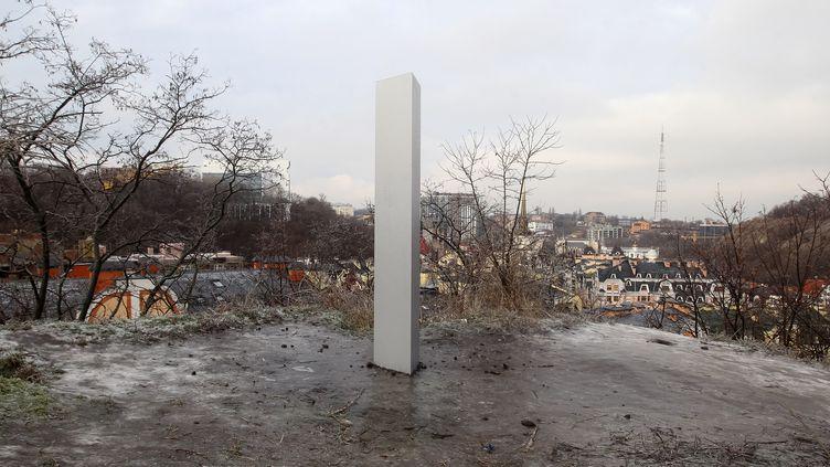 Un monolithe de métal à Kiev, en Ukraine, 11 décembre 2020 . (VLADIMIR SHTANKO / ANADOLU AGENCY / AFP)