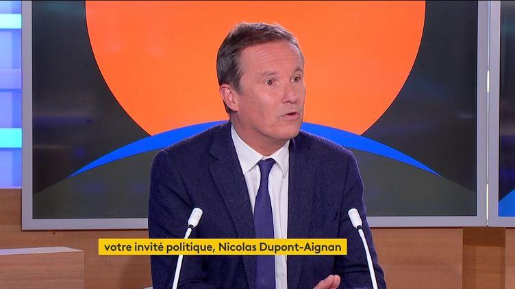 Le candidat souverainiste à l'élection présidentielle de 2022, Nicolas Dupont-Aignan, jeudi 14 octobre sur la chaîne franceinfo. (FRANCEINFO)