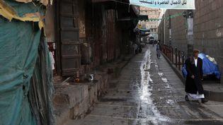 Un homme dans une rue quasi-déserte, à Sanaa, la capitale du Yémen, le 4 avril 2020. (MOHAMMED HAMOUD / ANADOLU AGENCY / AFP)
