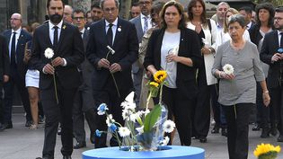 La maire de Barcelone, Ada Colau et le président de la région de Catalogne, Quim Torra entre autres, lors de la cérémonie anniversaire des attentats de Catalogne, le 17 août 2018. (LLUIS GENE / AFP)