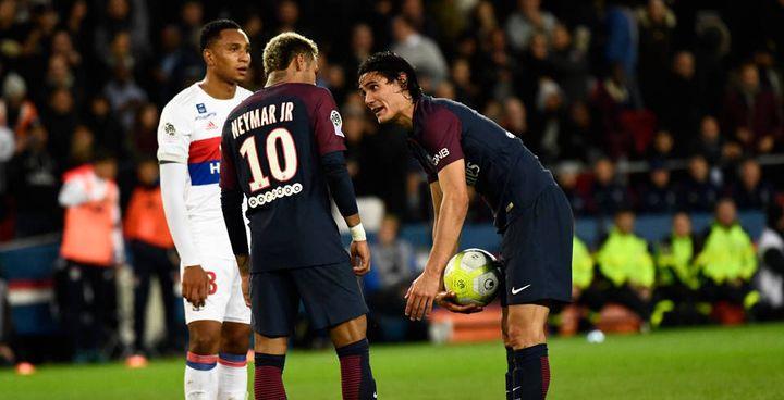 Neymar et Cavani se disputent le ballon