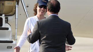 Isabelle Prime, ex-otage au Yémen, est accueillie par François Holland à son arrivée à Villacoublay (Yvelines). (ALAIN JOCARD / AFP)