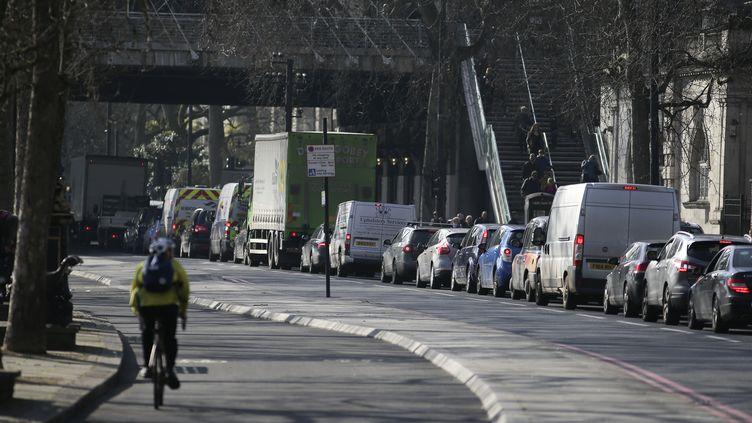 Des voitures sont coincées dans un embouteillage, dans le centre de Londres, le 17 février 2017. (DANIEL LEAL-OLIVAS / AFP)