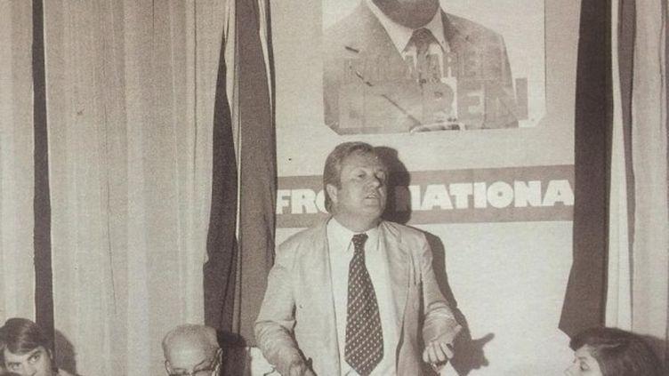 Jean-Marie Le Pen lors d'une réunion privée du FN au début des années soixante-dix (Le Pen, Éditions Objectif France, 2001). (D.R.)
