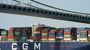 Le CMA-CGM Marco Polopasse sous le pont Verrazzano-Narrows le 20 mai 2021 à New York (États-Unis). (TIMOTHY A. CLARY / AFP)