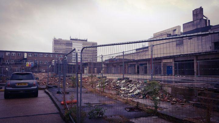 """""""Cité idéale"""" au lendemain de la deuxième guerre mondiale, la ville d'Harlow aujourd'hui avec ses galeries marchandes en partie délabrées. (RADIO FRANCE / ANTOINE GINIAUX)"""