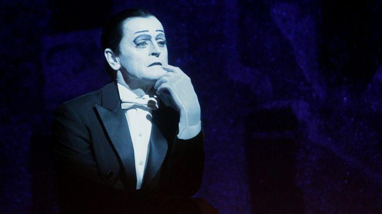 """A Riga (Lettonie) Barychnikov incarne Nijinski dans un spectacle de Robert Wilson, """"Letter to a Man"""", d'après les carnets du célèbre danseur et chorégraphe russe (3 août 2016)  (Valda Kalnina / EPA / MaxPPP)"""