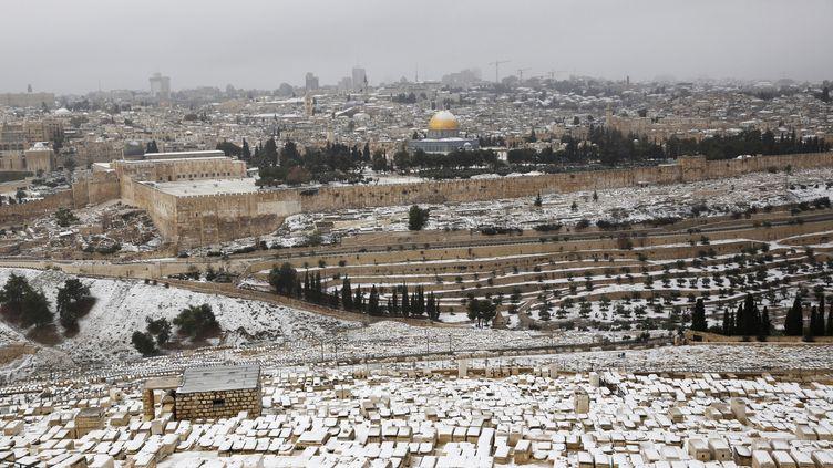 La neige a recouvert la ville de Jérusalem, jeudi 12 et vendredi 13 décembre 2013. (DARREN WHITESIDE / REUTERS)