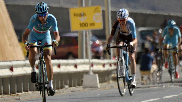 Vincenzo Nibali (Astana) quelques hectomètres devant le Français Romain Bardet (AG2R-La Mondiale) (ERIC FEFERBERG / AFP)