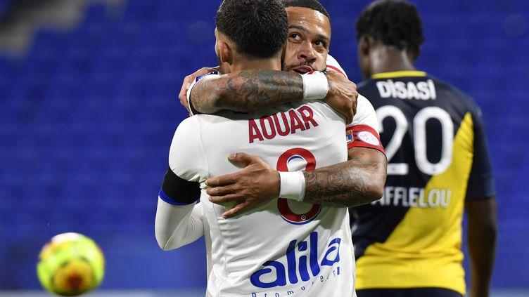 Memphis Depay remercie son passeur décisif, Houssem Aouar. (PHILIPPE DESMAZES / AFP)