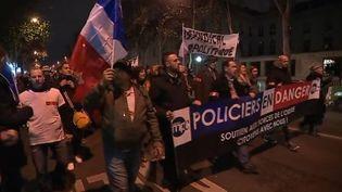 Manifestation de policiers aux Invalides, à Paris, le 13 décembre 2016. (FRANCE TELEVISIONS)