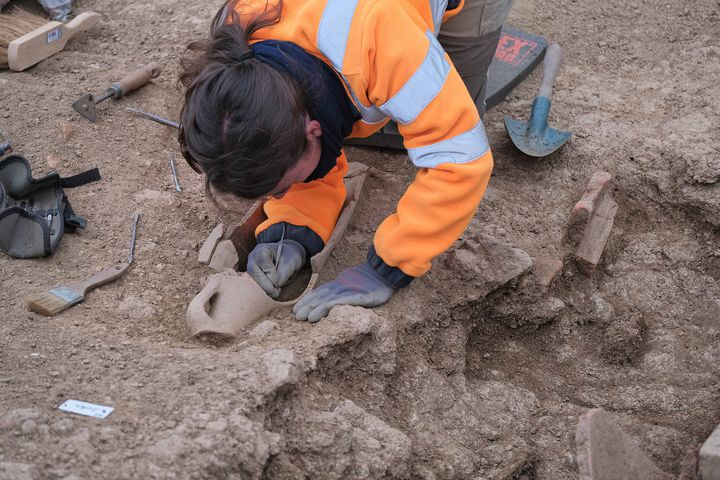 Archélogue au travail sur le chantier archéologique de l'Île-Rousse (avril 2021) (PASCAL DRUELLE / INRAP)