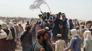 Des manifestants brandissent le drapeau des talibans, en Afghanistan, le 14 juillet 2021. (ASGHAR ACHAKZAI / AFP)