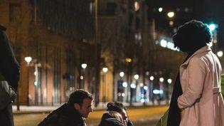 Emmanuel Macron et des membres du Samu social échangent avec une personne sans abri, le 18 février 2019 à Paris. (SOAZIG DE LA MOISSONNIERE / PRESIDENCE DE LA REPUBLIQUE)