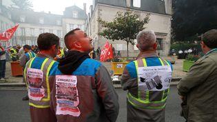 Des salariés de l'entreprise GM&S manifestent devant la préfecture de la Creuse, le 18 mai 2017. (MATHIEU TIJERAS / MAXPPP)