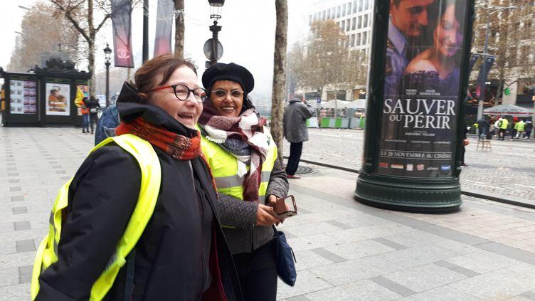 """Sabine (premier plan) et Rachida (deuxième plan) ont fait le déplacement depuisLille pour participer au rassemblement des """"gilets jaunes"""" samedi 24 novembre à Paris. (BENJAMIN ILLY / FRANCE INFO)"""