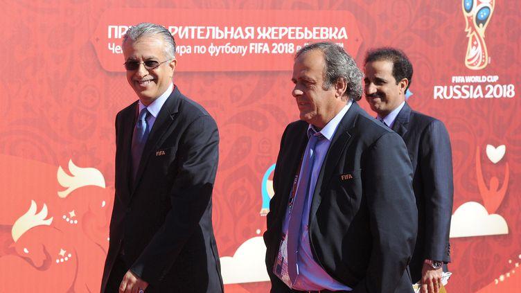 Le cheikh  Salman accompagné de Michel Platini.  (OLGA MALTSEVA / AFP)