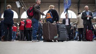 Des voyageurs à la gare du Nord, à Paris, le 18 juin 2014. (FRED DUFOUR / AFP)