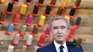 Le milliardaire français Bernard Arnault, patron de LVMH, prononce un discoursà l'occasion d'une visite de la nouvelle usine Louis Vuitton à Alvarado au Texas (Etats-Unis), le 17 octobre 2019. (NICHOLAS KAMM / AFP)