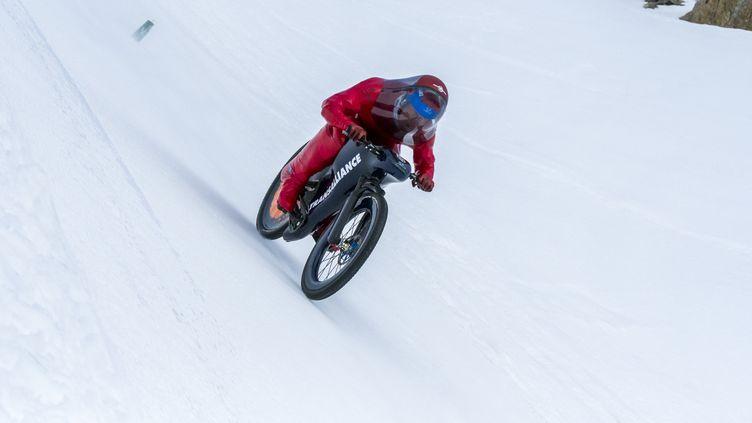 Eric Barone lors de son record du monde de VTT de vitesse sur neige (© 2017 SYLVAIN ADENOT / TAM-TAM)