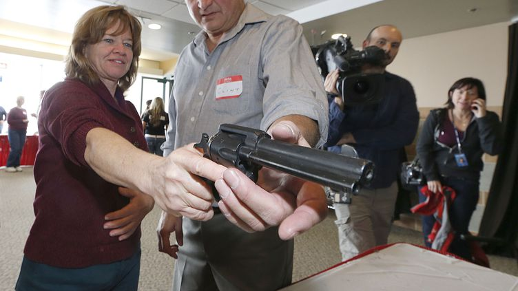200 enseignants et employés d'écoles dans l'Utah ont participé jeudi 27 décembre 2012 à un entraînement pour décrocher un permis de port d'arme offert gratuitement par un groupe de défense des détenteurs d'armes à feu (GEORGE FREY / GETTY IMAGES )