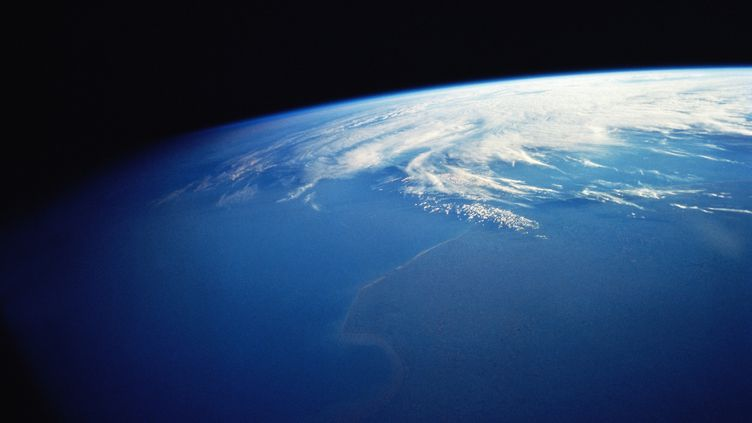 Des chercheurs américains ont découvert de l'eau sous forme de molécules, piégées dans de la roche terrestre, dans les profondeurs de la Terre. (STONE SUB / GETTY IMAGES)