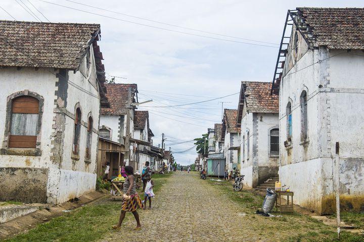Anciens bâtiments de la plantation de cacao Roca Aguaize, sur la côte Est de Sao Tomé. (MICHAEL RUNKEL / ROBERT HARDING HERITAGE / AFP)