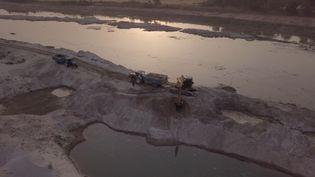 Une opérationd'extraction du sable le long de la rivière Garra, dans le Nord de l'Inde. (FORBIDDEN STORIES)