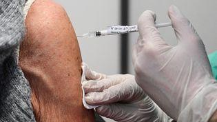 Une vaccination dans un centre de Nogent-sur-Marne, le 8 avril 2021. (BERTRAND GUAY / AFP)