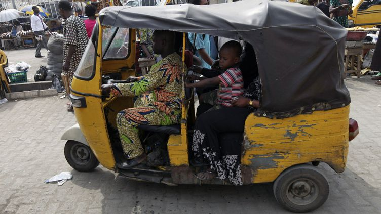 """Les autorités nigérianes veulent interdire les """"keke"""" dans les rues de Lagos, capitale économique du Nigeria. Ce triporteur traditionnel sert de taxi ou de transport familial (photo prise le 15 janvier 2011). (AKINTUNDE AKINLEYE / X02000)"""