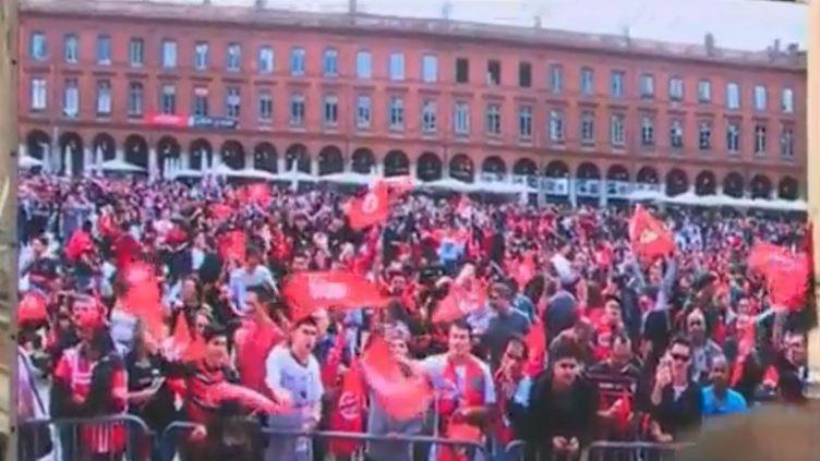 Des supporters du Stade toulousain sur la place du Capitole, à Toulouse (Haute-Garonne). (FRANCE 3)