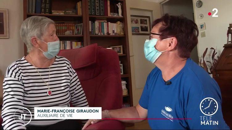 Irène Libert, 89 ans, et son auxiliaire de vie. (France 2)