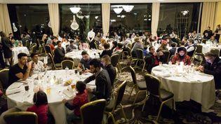 Des réfugiés participent à un réveillon de Noël organisé par une fondation à Amsterdam (Pays-Bas), le 27 décembre 2016. (BART MAAT / AFP)