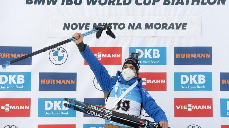 La joie de Simon Desthieux sur le podium du sprint, à l'occasion de sa première victoire individuelle en carrière à Nove Mesto, le samedi 6 mars 2021. (MICHAL CIZEK / AFP)