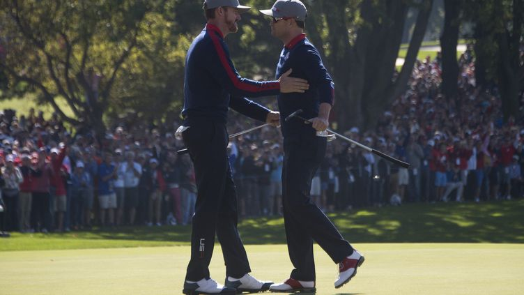 Zach Johnson et Jimmy Walker se félicitent lors de la Ryder Cup. (JIM WATSON / AFP)