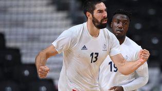 Nikola Karabatic, Luc Abalo et l'équipe de France de handball espèrent conquérir un troisième sacre olympique. (FRANCK FIFE / AFP)