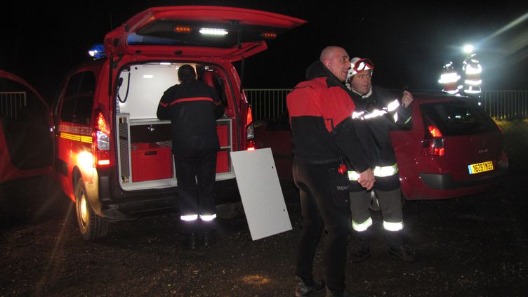 Des pompiers et des plongeurs inspectent les lieux où s'est écrasé un hélicoptère, le 20 décembre 2013 à Lugon en Gironde. (MEHDI FEDOUACH / AFP)
